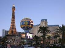 Las Vegas Boulevard y restaurante de la torre de Eifell Imagen de archivo libre de regalías