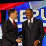 LAS VEGAS - 15 DE DICIEMBRE: El Dr. anterior republicano del candidato presidencial Ben Carson sacude las manos con senador Marco Foto de archivo