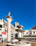 LAS VEGAS, DE V.S. - 31 JANUARI, 2018: Weergeven van de beeldhouwwerken en de fontein van het hotel Venetië verticaal Geïsoleerd  royalty-vrije stock afbeeldingen