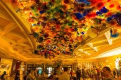 Las Vegas, de V.S. - 05 Mei, 2016: Het Hand Geblazen Plafond van de Glasbloem bij het Bellagio Hotel stock afbeelding