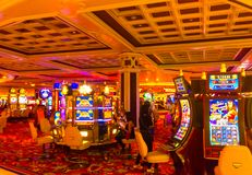 Las Vegas, de Verenigde Staten van Amerika - Mei 06, 2016: De mensen die bij gokautomaten in het Excalibur-Hotel spelen en Stock Foto