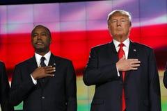 LAS VEGAS - DECEMBER 15: Republikanska presidentkandidater Donald J Trumf- och Ben Carson hållhand över hjärta på CNN-republikane Arkivfoto