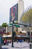 Las Vegas, die Vereinigten Staaten von Amerika - 7. Mai 2016: Die Leute, die an Fremont-Straße gehen stockfotos