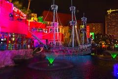 Las Vegas, Estados Unidos da América - 7 de maio de 2016: A mostra livre viva exterior as sirenes da ilha do tesouro em Las Imagens de Stock