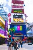 Las Vegas, Estados Unidos da América - 7 de maio de 2016: Os povos que andam na rua de Fremont Fotografia de Stock Royalty Free
