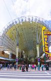 Las Vegas, Estados Unidos da América - 7 de maio de 2016: Os povos que andam na rua de Fremont Imagem de Stock Royalty Free