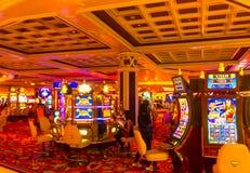 Las Vegas, Estados Unidos da América - 6 de maio de 2016: Os povos que jogam em slots machines no hotel de Excalibur e Foto de Stock