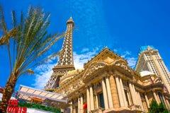 Las Vegas, Estados Unidos da América - 5 de maio de 2016: Torre Eiffel da réplica dentro com o céu azul claro imagens de stock
