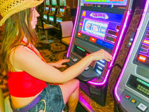 Las Vegas, Etats-Unis d'Amérique - 5 mai 2016 : Fille concentrée jouant des machines à sous dans l'hôtel d'Excalibur Images libres de droits