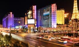 Las Vegas, EUA - 10 de outubro: Arraste a luz do carro na estrada transversaa e ilumine-a da construção o 10 de outubro de 2011 e imagem de stock