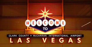 Las Vegas-Flughafenzeichen nachts Lizenzfreie Stockfotografie