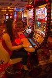 LAS VEGAS, LOS E.E.U.U. - 6 DE MAYO DE 2016: Muchacha concentrada que juega las máquinas tragaperras en el hotel y el casino de E Imágenes de archivo libres de regalías