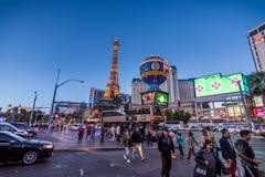 Las Vegas, los E.E.U.U. - 28 de abril de 2018: Turistas y tráfico en el veg de Las imagenes de archivo