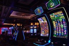 Las Vegas, los E.E.U.U. - 9 de septiembre de 2018: máquinas tragaperras en el casino de la isla del tesoro imagen de archivo libre de regalías