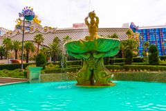 Las Vegas, los Estados Unidos de América - 5 de mayo de 2016: La fuente en el hotel y el casino del ` s de Harrah en la tira Imagenes de archivo