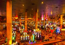 Las Vegas, los Estados Unidos de América - 7 de mayo de 2016: Máquinas tragaperras en el casino del hotel de Nueva York Fotos de archivo