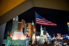 Las Vegas na noite Bandeira americana na parte dianteira fotografia de stock royalty free