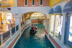 LAS VEGAS, NANOVOLT - 21 DE NOVEMBRO DE 2016: Um pessoa não identificado na gôndola da réplica Venetian do hotel de um canal gran Foto de Stock Royalty Free