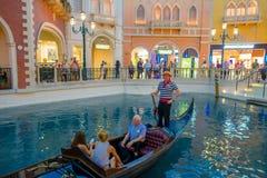 LAS VEGAS, NANOVOLT - 21 DE NOVEMBRO DE 2016: Um pessoa não identificado que anda na plaza e que usa a gôndola do Venetian Imagens de Stock Royalty Free
