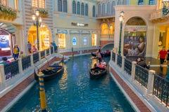 LAS VEGAS, NANOVOLT - 21 DE NOVEMBRO DE 2016: Um pessoa não identificado que anda na plaza e que usa a gôndola do Venetian Imagem de Stock
