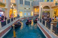 LAS VEGAS, NANOVOLT - 21 DE NOVEMBRO DE 2016: Um pessoa não identificado que anda na plaza e que usa a gôndola do Venetian Fotos de Stock