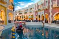LAS VEGAS, NANOVOLT - 21 DE NOVEMBRO DE 2016: Um pessoa não identificado que anda na plaza e que usa a gôndola do Venetian Foto de Stock