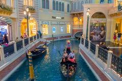 LAS VEGAS, NANOVOLT - 21 DE NOVEMBRO DE 2016: Um pessoa não identificado que anda na plaza e que usa a gôndola do Venetian Fotografia de Stock
