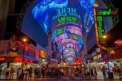LAS VEGAS, NANOVOLT - 21 DE NOVEMBRO DE 2016: Um pessoa não identificado que anda na rua famosa de Fremont, Nevada, com uma luz Foto de Stock Royalty Free