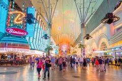 LAS VEGAS, NANOVOLT - 21 DE NOVEMBRO DE 2016: Um pessoa não identificado que anda na rua famosa de Fremont, Nevada, com uma luz Fotos de Stock