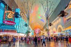 LAS VEGAS, NANOVOLT - 21 DE NOVEMBRO DE 2016: Um pessoa não identificado que anda na rua famosa de Fremont, Nevada, com uma luz Fotografia de Stock