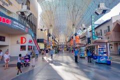 LAS VEGAS, NANOVOLT - 21 DE NOVEMBRO DE 2016: Um pessoa não identificado que anda na rua famosa de Fremont, Nevada A rua é Foto de Stock Royalty Free