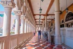 LAS VEGAS, NANOVOLT - 21 DE NOVEMBRO DE 2016: Um pessoa não identificado que anda no salão do hotel Venetian em Las Vegas Imagens de Stock