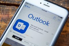 LAS VEGAS, nanovolt - 22 de setembro 2016 - IPhone Ap de Microsoft Outlook fotografia de stock royalty free