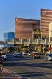 Las Vegas, nanovolt, EUA - 29 de junho de 2009 - da vista tira de Las Vegas para baixo com o casino do encore e do Wynn Foto de Stock