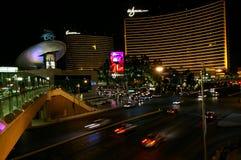Las Vegas, nanovolt, EUA - 29 de junho de 2009 - da vista tira de Las Vegas para baixo com o casino do encore e do Wynn na noite Foto de Stock Royalty Free