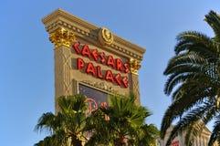 Las Vegas, Nanovolt, USA - 29. Juni 2009 - das große Zeichen, das Caesars Palace sagt, beleuchtete durch die Abendsonne mit Palme Stockbild