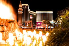 Las Vegas, Nanovolt, USA 09032018: Nachtansicht vom venetianischen vom Trugbild-Vulkan lizenzfreies stockbild