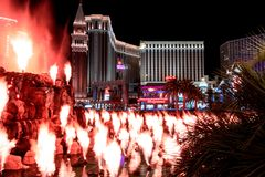 Las Vegas, Nanovolt, USA 09032018: Nachtansicht vom venetianischen vom Trugbild-Vulkan stockfoto