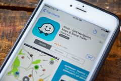 LAS VEGAS, nanovoltio - 22 de septiembre 2016 - IPhone App de Waze GPS en Fotografía de archivo