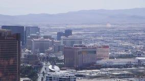 LAS VEGAS, NEVADA - CERCA DO ABRIL DE 2015: Conduzindo o carro no tráfego em ruas de Las Vegas, Nevada, EUA video estoque