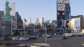 LAS VEGAS, NEVADA - CERCA DO ABRIL DE 2015: Opinião as construções e os povos em ruas de Las Vegas, Nevada, EUA filme
