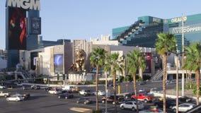LAS VEGAS, NEVADA - CERCA DO ABRIL DE 2015: Opinião as construções e os povos em ruas de Las Vegas, Nevada, EUA vídeos de arquivo