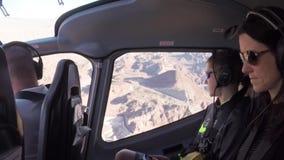 LAS VEGAS, NEVADA - CERCA DO ABRIL DE 2015: Voando em um helicóptero sobre Las Vegas, Nevada, EUA filme