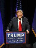 LAS VEGAS NEVADA, 14 DECEMBER, 2015: De republikeinse presidentiële glimlachen kandidaat van Donald Trump achter podium bij campa stock foto's