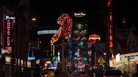 Las Vegas, Nevada E.E.U.U.-noviembre 19,2017: Luces de neón de la noche de la ciudad almacen de video