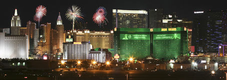 Une vue de feux d'artifice de Mgm Grand d'aéroport international de McCarran Photos stock