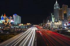 Las Vegas, Nevada, Etats-Unis - janvier 2015 : Traînées de voiture sur la bande à Las Vegas images libres de droits