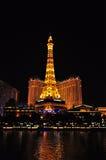 LAS VEGAS, NEVADA, EUA - 22 DE ABRIL DE 2015: Opinião da noite das fontes da dança de Bellagio e da torre Eiffel Fotografia de Stock