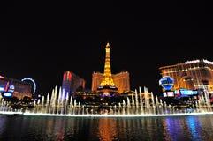LAS VEGAS, NEVADA, EUA - 22 DE ABRIL DE 2015: Opinião da noite das fontes da dança de Bellagio e da torre Eiffel Imagens de Stock