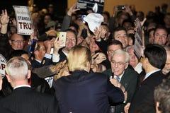 LAS VEGAS NEVADA, LE 14 DÉCEMBRE 2015 : Le candidat républicain à la présidentielle Donald serre la main à la foule à la station  Photo libre de droits